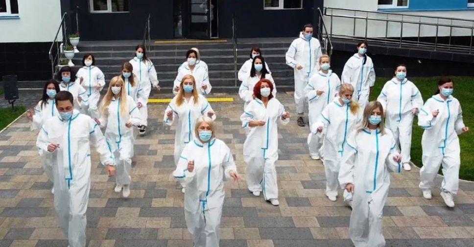Танцуй против COVID-19: мариупольские медики присоединились ко всемирному флешмобу