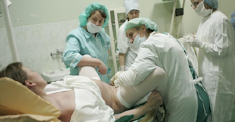 Независимо от того начались схватки сразу после отхождения вод или не начались, лучше всего в течении двух часов приехать в роддом и находиться под контролем врача.